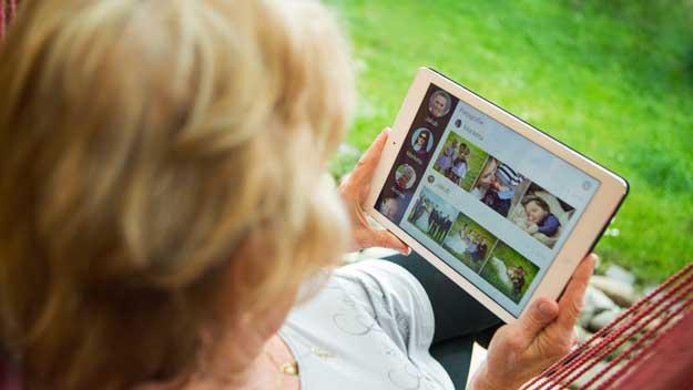 Díky nové aplikaci pro tablety nebudou už senioři sami