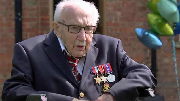 Stoletý válečný veterán Tom Moore  pasován na rytíře