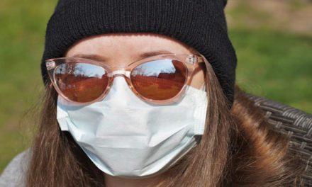 Proč nosit s rouškou i brýle a jak zabránit jejich mlžení?