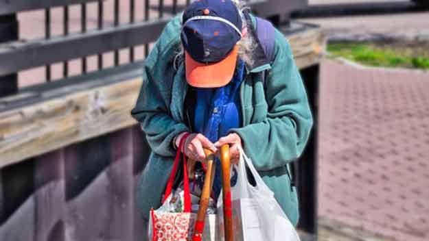 Fejeton Karly Krátké: Kde všude překážejí důchodci