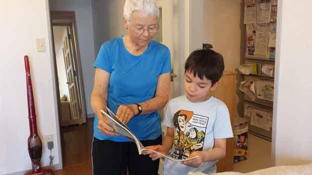 Ošetřovné mohou čerpat i prarodiče při péči o děti a žáky